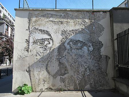 Vhils (Alexandre Farto)「顔-5」(177 rue du Château des Rentiers)2012年。なんとコンクリートを削った彫刻です